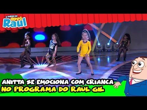 Anitta se emociona com criança no programa do Raul Gil