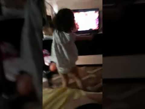 Criança dançando paradinha da Anitta