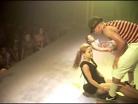 Abusando das garotas em casa de show de funk